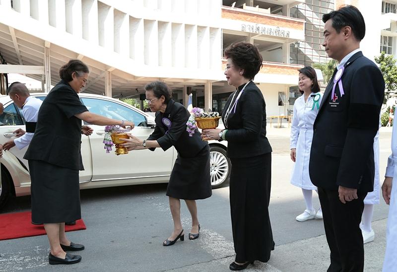 """สมเด็จพระเทพรัตนราชสุดาฯ สยามบรมราชกุมารี เสด็จพระราชดำเนินไปทอดพระเนตรห้อง """"Surgical day care chemotherapy"""" และทอดพระเนตรเครื่อง CT Mammogram ณ ตึกว่องวานิช โรงพยาบาลจุฬาลงกรณ์ ต่อมาให้คณะบุคคลต่างๆ เข้าเฝ้าฯ จากนั้นทรงร่วมประชุมกรรมการสภากาชาดไทย ครั้งที่ 324 เมื่อวันอังคารที่ 14 มีนาคม 2560"""