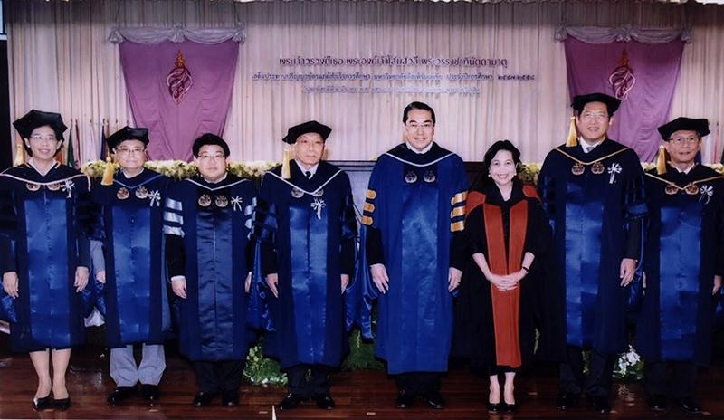 ดุษฎีบัณฑิตสาขาต่างๆ : ศ.ดร.สุรเกียรติ์ เสถียรไทย นายกสภามหาวิทยาลัยอีสเทิร์นเอเชีย และ ท่านผู้หญิง ดร.สุธาวัลย์ เสถียรไทย ร่วมแสดงความยินดีกับ องคมนตรี อรรถนิติ ดิษฐอำนาจ, ลิโต้ คามาโช่ อดีต รมว.คลัง ฟิลิปปินส์ และ ศ.มาซากิ เอ็นโดะ อดีตอธิการบดี ม.โกเบฯ ในพิธีประทานปริญญาบัตร