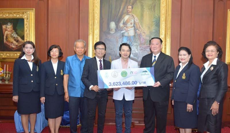 """5 ภาคี สมทบทุน : วิฑูรย์ สิมะโชคดี นายกสมาคมนิสิตเก่ามหาวิทยาลัยเกษตรศาสตร์ฯ พร้อมคณะ มอบเงิน 3,623,486.00 บาท จากการจัดคอนเสิร์ต """"นนทรีบาน สานใจรัก"""" ให้แก่ รศ.นพ.นริศ กิจณรงค์ รองคณบดีฯ คณะแพทยศาสตร์ ศิริราชพยาบาล เพื่อสมทบสร้างอาคารนวมินทรบพิตร 84 พรรษา รพ.ศิริราช"""