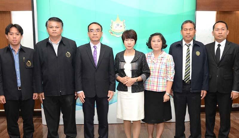 """อนุรักษ์ช้างไทย : พรเพ็ญ วรวิลาวัณย์  ผู้อำนวยการ องค์การอุตสาหกรรมป่าไม้  (อ.อ.ป.) แถลงข่าวจัดงาน """"วันช้างไทย  ประจำปี 2561"""" (13 มีนาคมของทุกปี)  ที่กระทรวงทรัพยากรธรรมชาติและ สิ่งแวดล้อม โดยในปีนี้จัดระหว่าง วันที่ 12–13 มี.ค. 2561 ภายใต้แนวคิด  """"รักษ์ช้าง รักษ์ป่า รักษ์แผ่นดินไทย"""" เพื่อให้คนไทยหันมาสนใจ รัก และ หวงแหนช้าง ที่สถาบันคชบาลแห่งชาติฯ  อ.ห้างฉัตร จ.ลำปาง"""