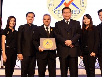 """มาตรฐานงานประชุม : พล.อ.ธนะศักดิ์ ปฏิมาประกร รองนายกรัฐมนตรี มอบตราสัญลักษณ์ """"Thailand MICE Venue Standard"""" ให้แก่ ธีรวัฒน์ ใจประสาท ผจก.ทั่วไป กลุ่มโรงแรมริชมอนด์ โดยมี วีระศักดิ์ โควสุรัตน์ ปธ.กก.สำนักงานส่งเสริมการจัดการประชุมและนิทรรศการ ร่วมยินดี ที่ โรงแรมพลาซ่า แอทธินี"""