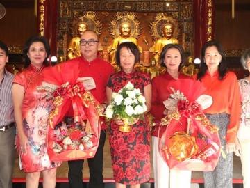 เสริมสิริมงคล : ศุภลักษณ์ อัมพุช ปธ.กก.บห.บจก.เดอะมอลล์ กรุ๊ป นำคณะผู้บริหารสักการะสิ่งศักดิ์สิทธิ์ ต้อนรับเทศกาลตรุษจีน โดยมี กฤษณา - อัจฉรา อัมพุช, บุษราคัม ชันซื่อ, ไพบูลย์ กนกวัฒนาวรรณ, เกรียงศักดิ์  ตันติพิภพ และ ศิริลักษณ์ ไม้ไทย ร่วมพิธี ที่ วัดมังกรกมลาวาส (เล่งเน่ยยี่) เยาวราช