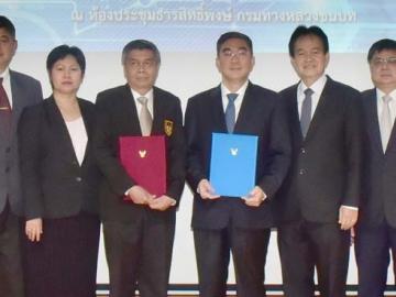 ผนึกกำลัง : พิศักดิ์ จิตวิริยะวศิน อธิบดีกรมทางหลวงชนบท กระทรวงคมนาคม ลงนามความร่วมมือกับ ดร.ธเนศ วีระศิริ นายกวิศวกรรมสถานแห่งประเทศไทยฯ (วสท.) พร้อมคณะกรรมการ ประธานสาขา วสท.ส่วนกลางและ 4 ภาค พัฒนาเทคโนโลยีวิศวกรรมทางของไทยสู่สากล เสริมสร้างความปลอดภัยแก่ประชาชน พัฒนาการเป็นผู้ตรวจสอบความปลอดภัยด้านงานทางตามระบบสากล