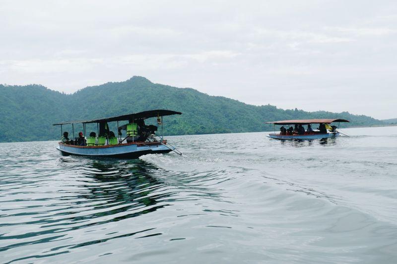 ล่องเรือไปเที่ยวน้ำตกกัน
