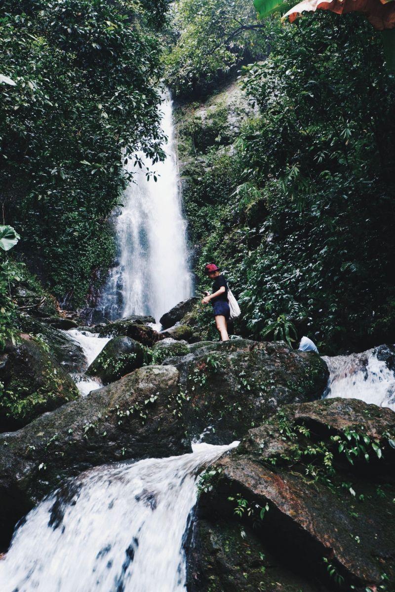 น้ำตกผางามงอน น้ำตกแห่งแรกต้องใช้พลังในการปีนป่ายกันสักหน่อยเพื่อขึ้นมาชมความงามที่ตระการเช่นนี้
