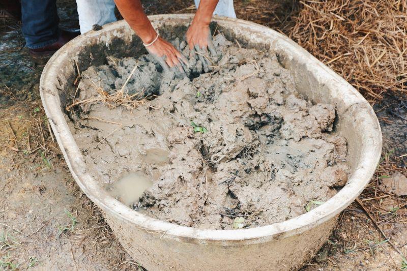 ดินที่ใช้ทำเป็นผนังเป็นดินที่ผสมกับฟางเพื่อเพิ่มความแข็งแรงให้กับผนังดินและช่วยในการยึดติด