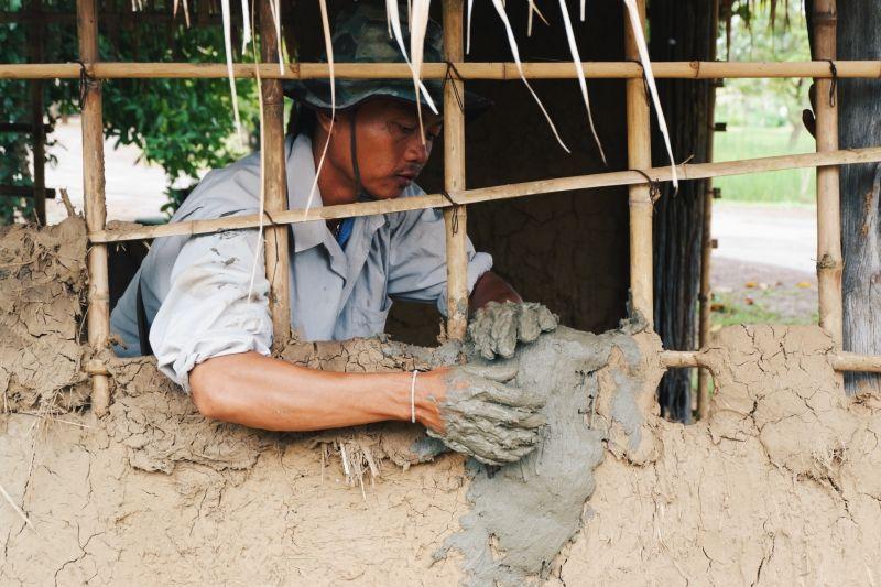 โครงสร้างทำจากไม้ไผ่ เมื่อต่อได้เป็นโครงแล้วก็ค่อยๆ นำดินมาพอกทั้งด้านในและด้านนอก
