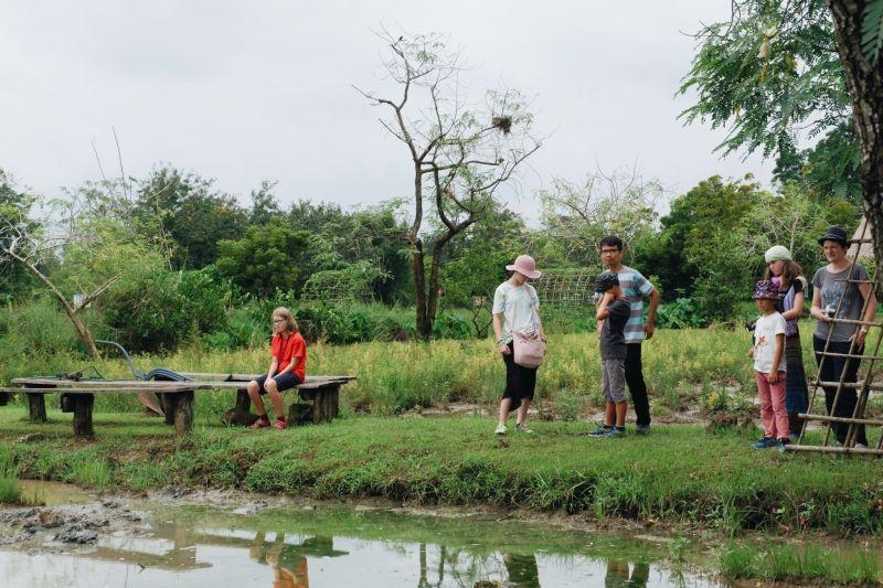 นักท่องเที่ยวชาวต่างชาติให้ความสนใจวิถีการทำนาแบบไทยๆ