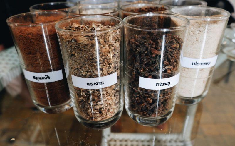 สมุนไพรส่วนประกอบของยาดม ใครชมกลิ่นไหนเป็นพิเศษก็เลือกใส่สมุนไพรนั้นเยอะๆ ทำได้ต้องดมเองให้ได้ด้วยนะจ๊ะ