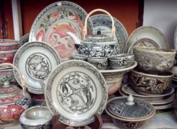 """""""เซรามิก"""" (Ceramic) มีรากศัพท์มาจากภาษากรีกโบราณคือ """"Keramos"""" แปลว่า""""สิ่งที่ถูกเผา"""" หรือก็คือ """"เครื่องปั้นดินเผา"""" ซึ่งพบได้ในอารยธรรมต่างๆ ทั่วโลก ที่มีชื่อเสียงที่สุดคือเครื่องปั้นดินเผาของจีน เซรามิกกับอารยธรรมไทยนั้นที่คุ้นหูกันดีคือ """"เครื่องสังคโลก"""" สมัยอาณาจักรสุโขทัย หรือเมื่อกว่า 700 ปี ส่วนเซรามิกยุคใหม่ของไทย เริ่มต้นที่ จ.ราชบุรี และ จ.ลำปาง เมื่อเกือบร้อยปีก่อน จากช่างชาวจีนแผ่นดินใหญ่ที่มาตั้งรกรากในประเทศไทย และได้รับการพัฒนาสืบต่อมาจนถึงปัจจุบัน"""