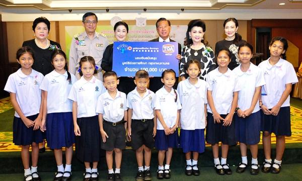พญ.วันทนีย์ วัฒนะ เป็นประธานในพิธีมอบทุนการศึกษาแก่นักเรียนที่เรียนดี กตัญญู โรงเรียนในสังกัด กทม. จำนวน 361 ทุน