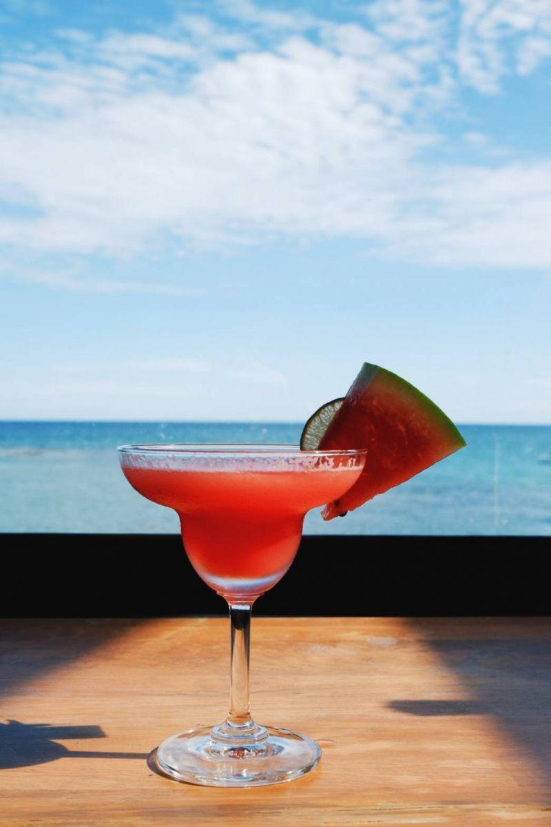 ร้อนๆ ก็แวะจิบเครื่องดื่มให้เย็นใจ ตามคาร์เฟ่ต่างๆ ทั่วเกาะ