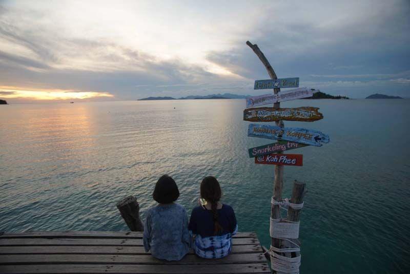 นั่งชมพระอาทิตย์ตกทะเล
