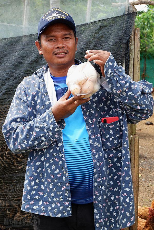 ไข่ไก่และไข่เป็ด เก็บออกมาสดๆ จากเล้า โดยพี่โอ๋ ผดุงศักดิ์ สามัญเมือง เจ้าของฟาร์ม