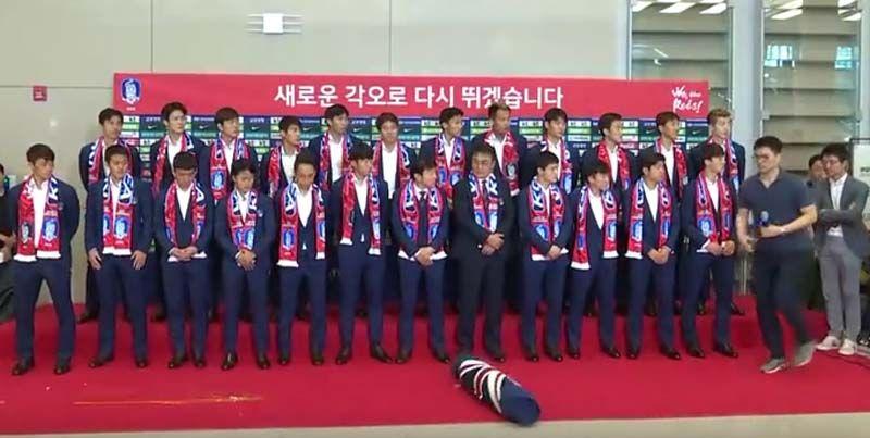 ภาพเหตุการณ์จากสถานีโทรทัศน์เกาหหลีใต้ หลังจากนักบอลทีมชาติเกาหลีใต้ เดินทาง ถึงกับท่าอากาศยานนานาชาติอินชอน แต่โดนแฟนบอลปาด้วยไข่ไก่ และหมอนข้าง ลายธงสหราชอาณาจักร โดยยังไม่มีรายงานระบุว่าทำไมถึงเกิดเหตุการณ์นี้ ทั้งที่นักเตะชุดนี้ คว่ำแชมป์โลก เยอรมนี ตกรอบบอลโลก