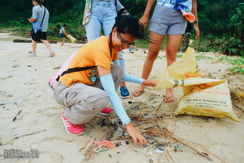 ร่วมกันทำกิจกรรมเก็บขยะริมชายหาด