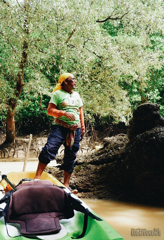 ไกด์ท้องถิ่นให้ความรู้เรื่องสมุนไพรป่าชายเลย