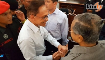 คู่ปรับการเมือง!\'มหาเธร์-อันวาร์\' จับมือกันครั้งแรกในรอบ 18 ปี (ชมคลิป)