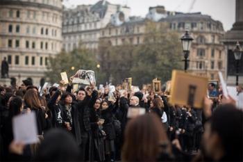 \'เอ ศุภชัย\'ร้องพลงสรรเสริญพระบารมี ร่วมกับคนไทยในลอนดอน (ชมคลิป)