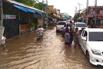 เตือน!พื้นที่ลุ่มต่ำ\'แม่น้ำเพชรบุรี\' น้ำล้นตลิ่งอีกรอบจากฝนตกหนัก