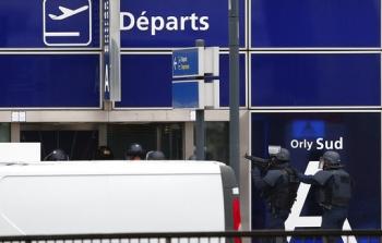 ด่วน!หนุ่มนิรนามบุกแย่งปืนทหาร ก่อนถูกยิงดับคาสนามบินในปารีส (ประมวลภาพ)