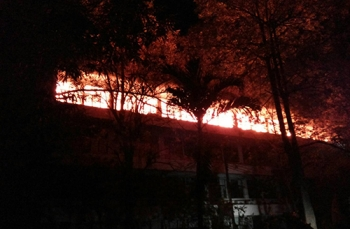 คุมเพลิงอาคารกปภ.ได้แล้ว ชุดผจญเพลิงบุกฉีดน้ำในอาคาร