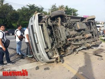 รถตู้นักท่องเที่ยวอินเดียพลิกคว่ำ! เสียหลักตกล่องน้ำเจ็บระนาว