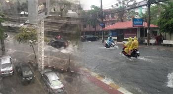 ฝนถล่มทั่วกรุงอีกระลอก น้ำรอระบายหลายจุด (ประมวลภาพ)