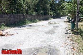 ชาวบ้านสุดทน! ถนนหินคลุกฝุ่นกระจายขาวโพลนทั่วหมู่บ้าน วอนลาดยางด่วน