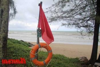 พังงาปักธงแดงริมชายหาด เตือน!นักท่องเที่ยวห้ามลงเล่นน้ำทะเล