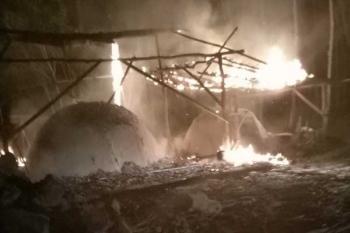 ขาดทุนเป็นแสน เตาเผาถ่านไม้ยางพาราระเบิดไฟไหม้วอด