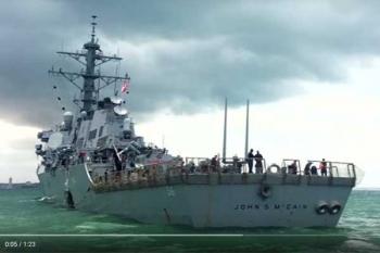 กู้ภัยมาเลย์พบศพลูกเรือสหรัฐฯ เหตุเรือพิฆาตชนเรือบรรทุกน้ำมัน (ชมคลิป)