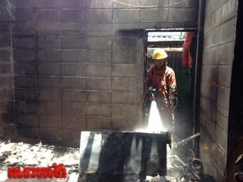 จนท.เร่งสกัดเพลิงไหม้ห้องพักคนงาน คาดไฟฟ้าลัดวงจร