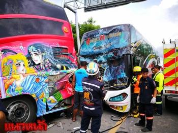 รถบัสคนงานเสยท้ายสนั่น คนขับถูกอัดคาพวงมาลัย-ผดส.เจ็บระนาว