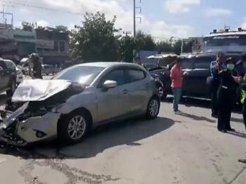 คนขับสิบล้ออ้างเบรกแตก พุ่งชนรถ4คันพังยับ