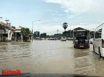 พายุฝนถล่มสัตหีบ น้ำท่วมจราจรอัมพาต