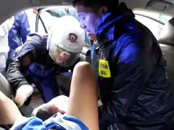 ตำรวจของพระราชา ทำคลอดสาวท้องแก่บนแท็กซี่