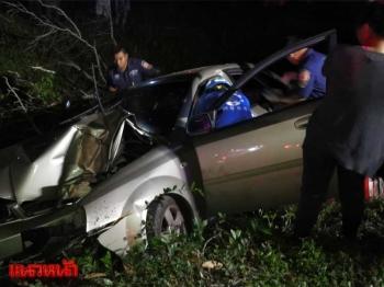 เก๋งชนต้นไม้ริมถนน ตำรวจหนุ่มเจ็บสาหัสถูกอัดก๊อปปี้
