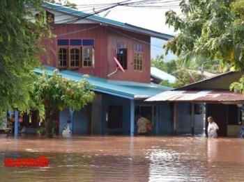 ชาวสองแควทุกข์ระทม พิษทกซูรีทำฝนตกหนักน้ำทะลักท่วมบ้านเรือน