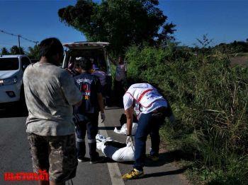 หนุ่มขาหักนอนตายข้างถนน พบชิ้นส่วนจยย.คาดถูกรถเฉี่ยว