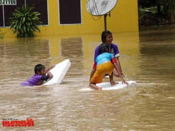 สงขลาน้ำท่วมอ.สะเดา2ตำบลจม เตือนอย่าปล่อยเด็กเล่นน้ำลำพัง