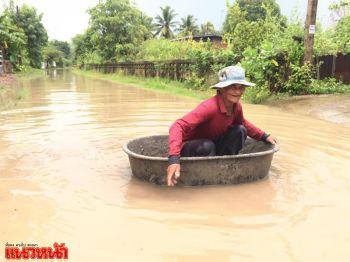 สาวเมืองช้างโพสต์คลิปสุดฮา ฝนตกน้ำท่วมพายเรือซิรออะไร!