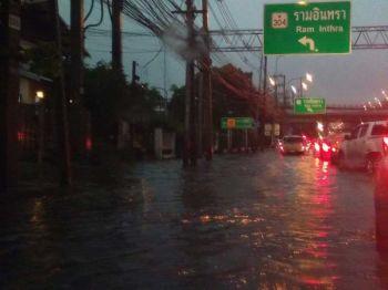 ถนนหรือทะเล โลกโซเชียลแห่แชร์ภาพน้ำท่วมกรุง