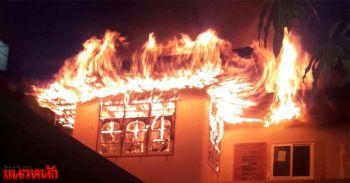 ยายเฒ่าจุดเทียนบูชาพระ ไฟแช็กระเบิดไฟไหม้วอดทั้งหลัง