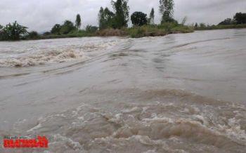 พนังกั้นน้ำแตกทะลักท่วมนาข้าว50ไร่-แม่น้ำท่าจีนเพิ่มสูงขึ้น