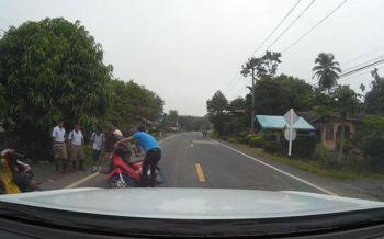 นักเรียนขี่จยย.เสียหลักล้มกลางถนน หนุ่มขับเก๋งตามหลังรีบช่วยเหลือ