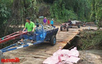 น้ำป่าซัดถนนขาด กะเหรี่ยงไม่งอมือเท้าลงแรงสร้างสะพานไม้สู้