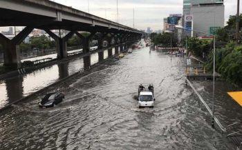 น้ำขังยังรอการระบาย ฝนถล่มหนักซ้ำคนกรุงฯ