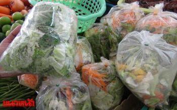 แม่ค้ารับมือผักแพงช่วงน้ำท่วม-กินเจ หั่นรวมใส่ถุงขาย20บาทสบายกระเป๋า