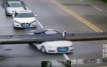 ดวงดีสุดๆเครนล้มทับรถในจีน-คนขับรอดเหลือเชื่อ (ชมคลิป)